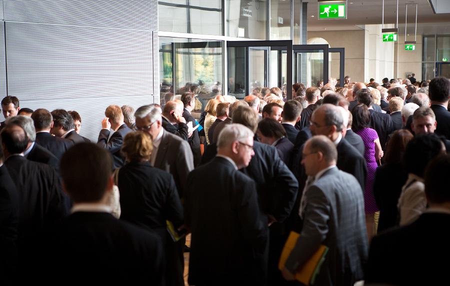 """Abgeordnete versammeln sich in der Lobby des Reichstages, bevor sie den Plenarsaal durch die Türen """"Ja"""", """"Nein"""" oder """"Enthaltung"""" zum Hammelsprung betreten. (Foto: Tobias Koch)"""