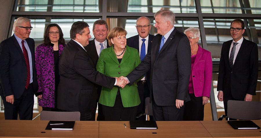 Hand drauf: Der Koalitionsvertrag zwischen CDU, CSU und SPD steht. Foto: Tobias Koch/tobiaskoch.net