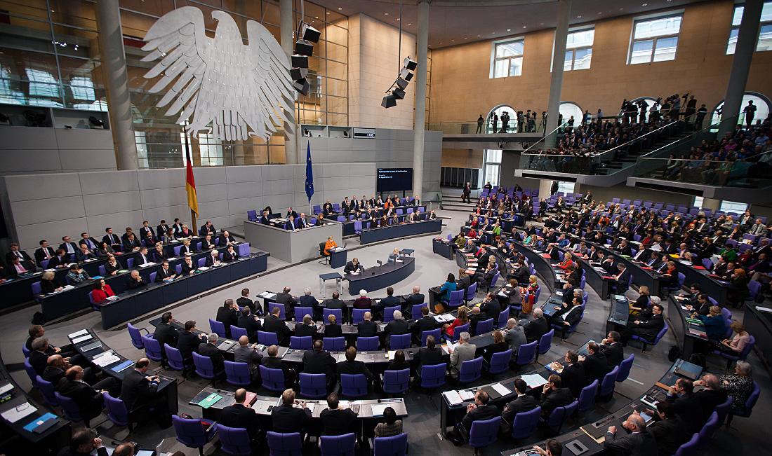 Abgeordnete hören im Plenum des Deutschen Bundestages eine Regierungserklärung von Bundeskanzlerin Angela Merkel. (Foto: Tobias Koch)