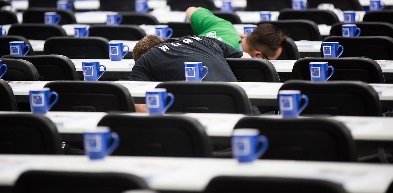 Europatassen stehen auf dem Bundesparteitag der CDU im April in Berlin (Foto: Tobias Koch)