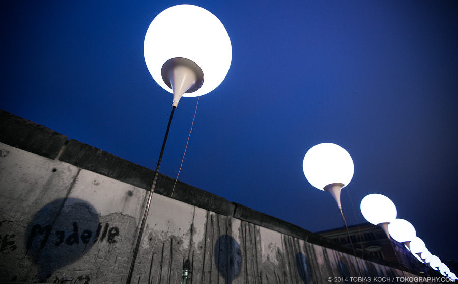 Die Lichtgrenze zog sich 15km durch Berlin entlang des ehemaligen Mauerverlaufs. Mitunter vorbei an noch heute erhaltenen Teilstücken, wie hier in der Niederkirchnerstraße. (Foto: Tobias Koch)