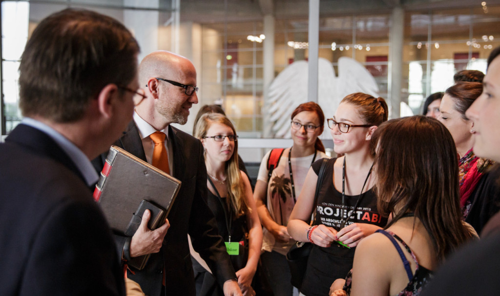 Besuch einer Klasse der Haupt- und Realschule Birstein bei Peter Tauber am 29.06.15 im Reichstag in Berlin. / Fotograf: Tobias Koch (www.tobiaskoch.net)