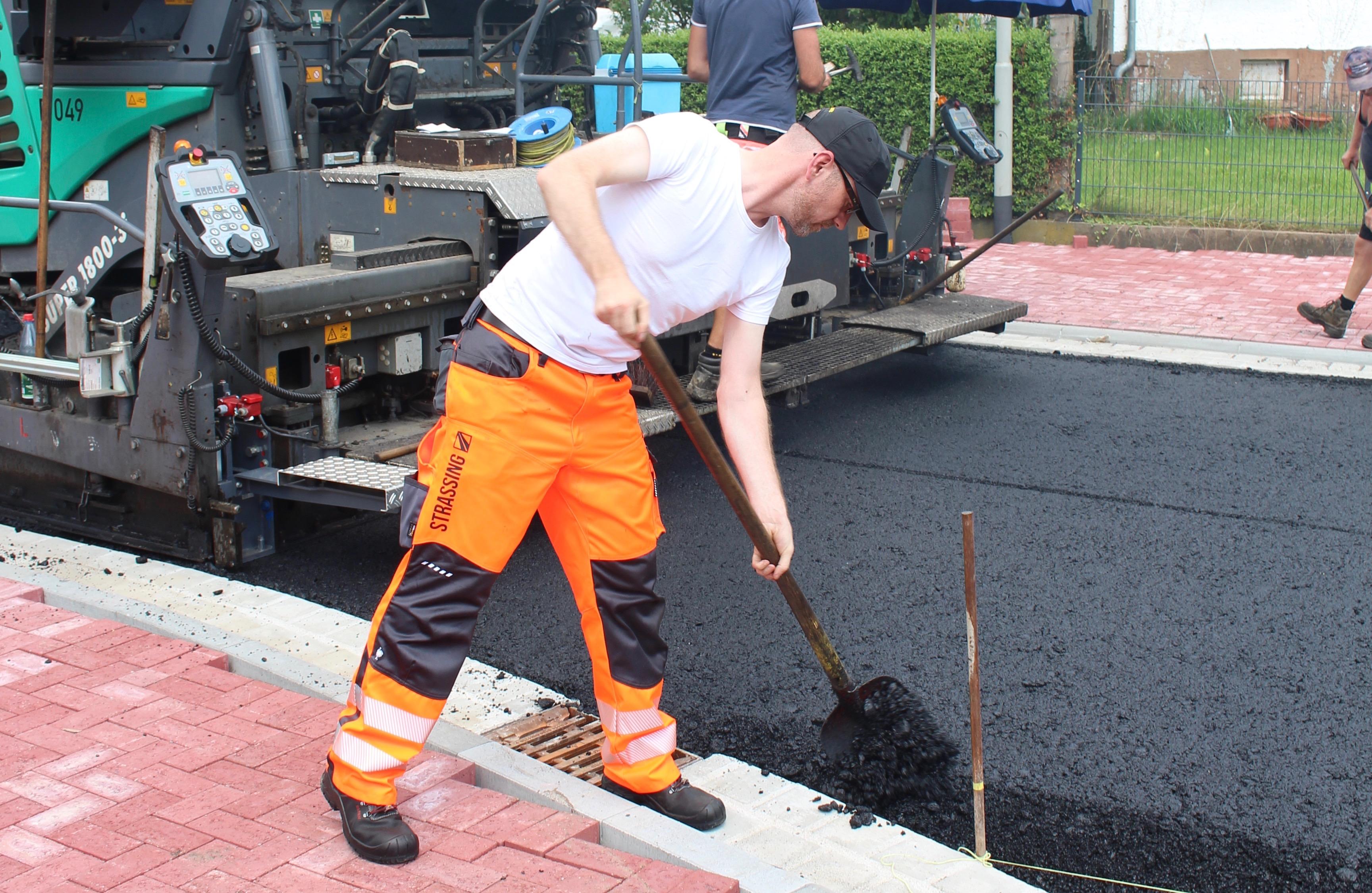 Schweißtreibend ging es am Dienstag beim Straßenbauunternehmen Strassing-Limes (Foto: Wiegelmann)